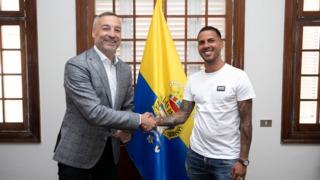 Jonathan Viera rubrica su acuerdo con la UD Las Palmas
